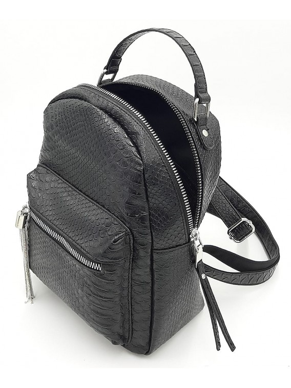 Czarny plecak damski ze srebrnymi okuciami